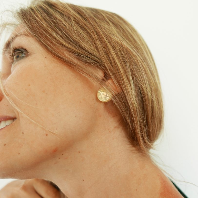Bica orecchini dots oro indossati