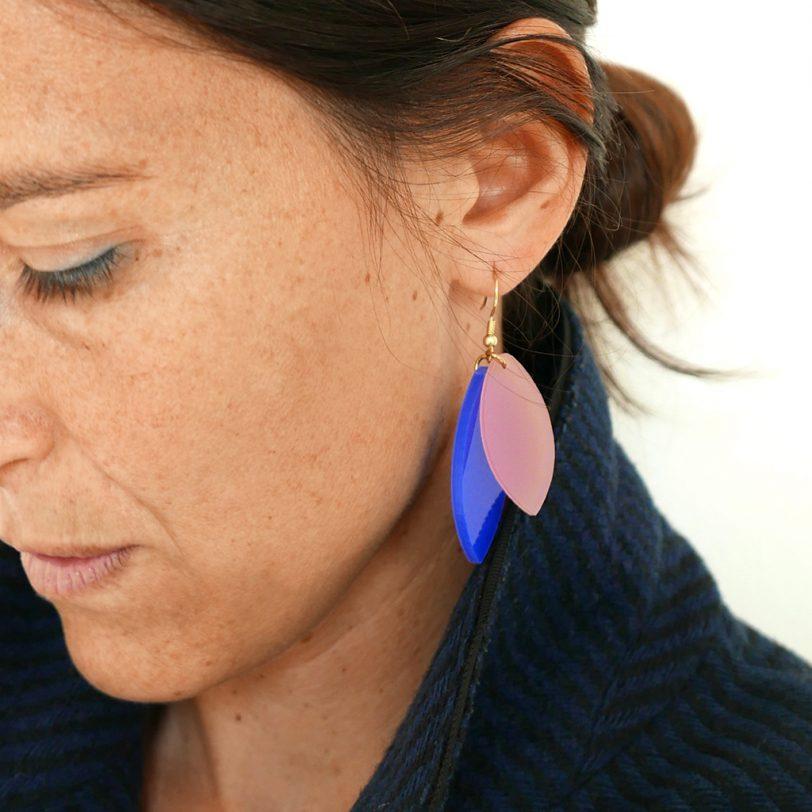 Bica orecchini pendenti foliage blu rosa dett