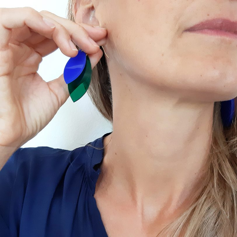 Bica orecchini pendenti foliage verde blu indossati