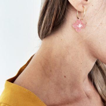 Bica orecchini small spring rosa indossati